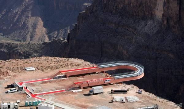Une passerelle en verre surplombe le Grand Canyon !