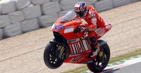 Casey Stoner résiste à Valentino Rossi …