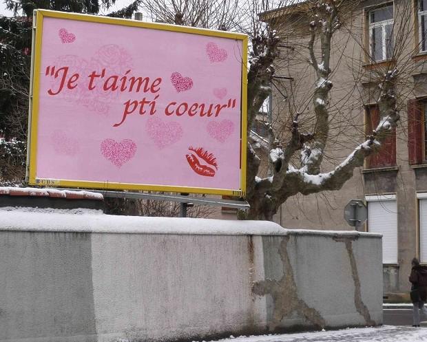 Saint-Valentin: une jeune femme exprime son amour