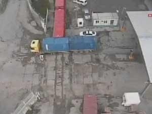 INCROYABLE VIDEO : un turc fauché par un camion percuté par un train survit !