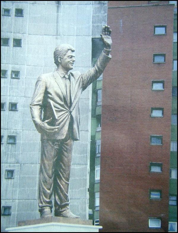 KOSOVO : Une statut à l'effigie de Bill Clinton en hommage à son action!