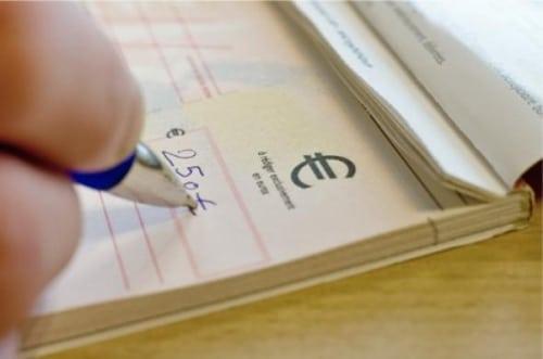 Le chèque est toujours très utilisé en France.