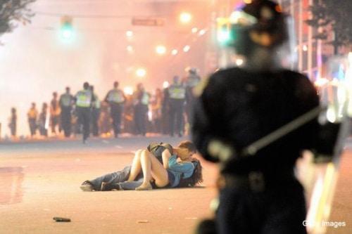 Le célèbre baiser de Vancouver : « faites l'amour, pas la guerre »