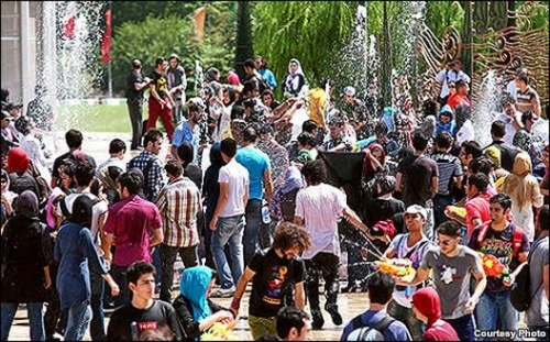 « Indignés » d'Iran : manifestations en T-shirts mouillés