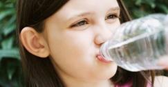 Les jeunes enfants ne boivent pas suffisamment.