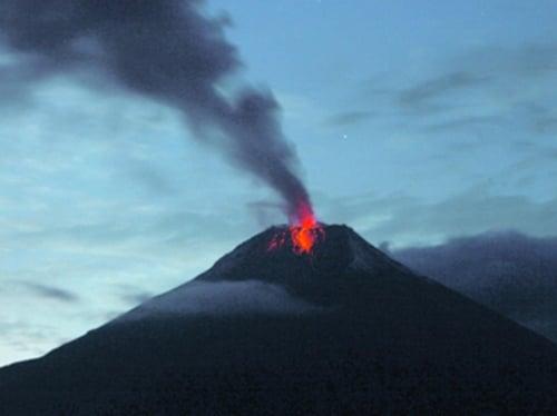 Explosion du volcan Tungurahua, en Equateur, provoquant chute de clastes sur la ville de Pillate