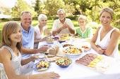 Les repas de famille restent appréciés en France, par les nouvelles générations.