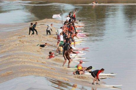 Le mascaret – un phénomène naturel qui attire les surfeurs