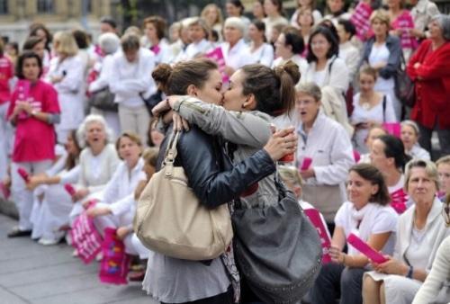 Le baiser de Marseille : quand l'ombre de Doisneau illumine les débats de société