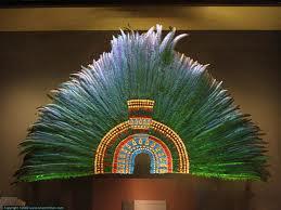 Le PENACHO :  une coiffe de plumes et pierres précieuses…