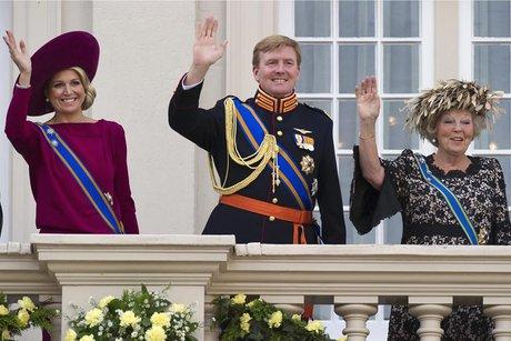 La reine Beatrix des Pays-Bas abdique.