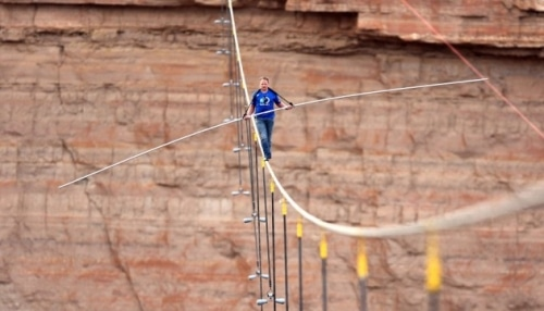 Un funambule traverse le Grand Canyon