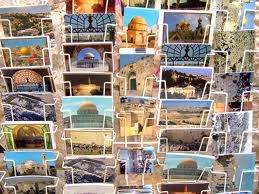 Les indémodables cartes postales de vacances.