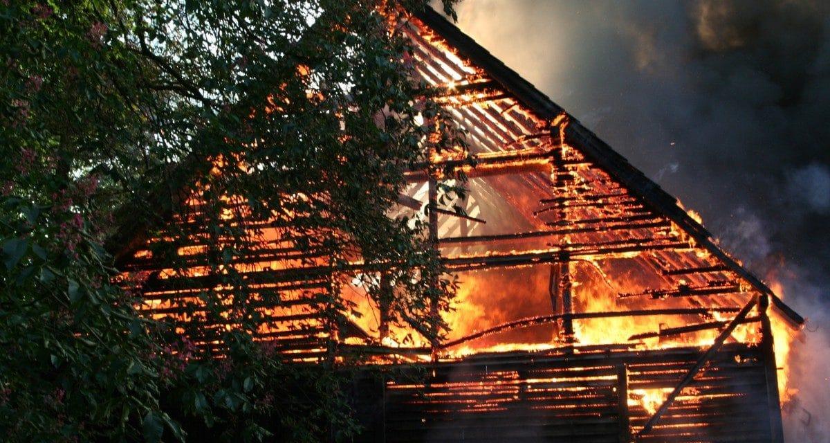 Les incendies de maisons en bois relancent le débat sur la sécurité des matériaux