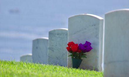 Comment rendre hommage à un défunt grâce à une plaque funéraire ?